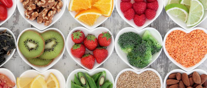 Verschiedene Superfoods in Herzschale