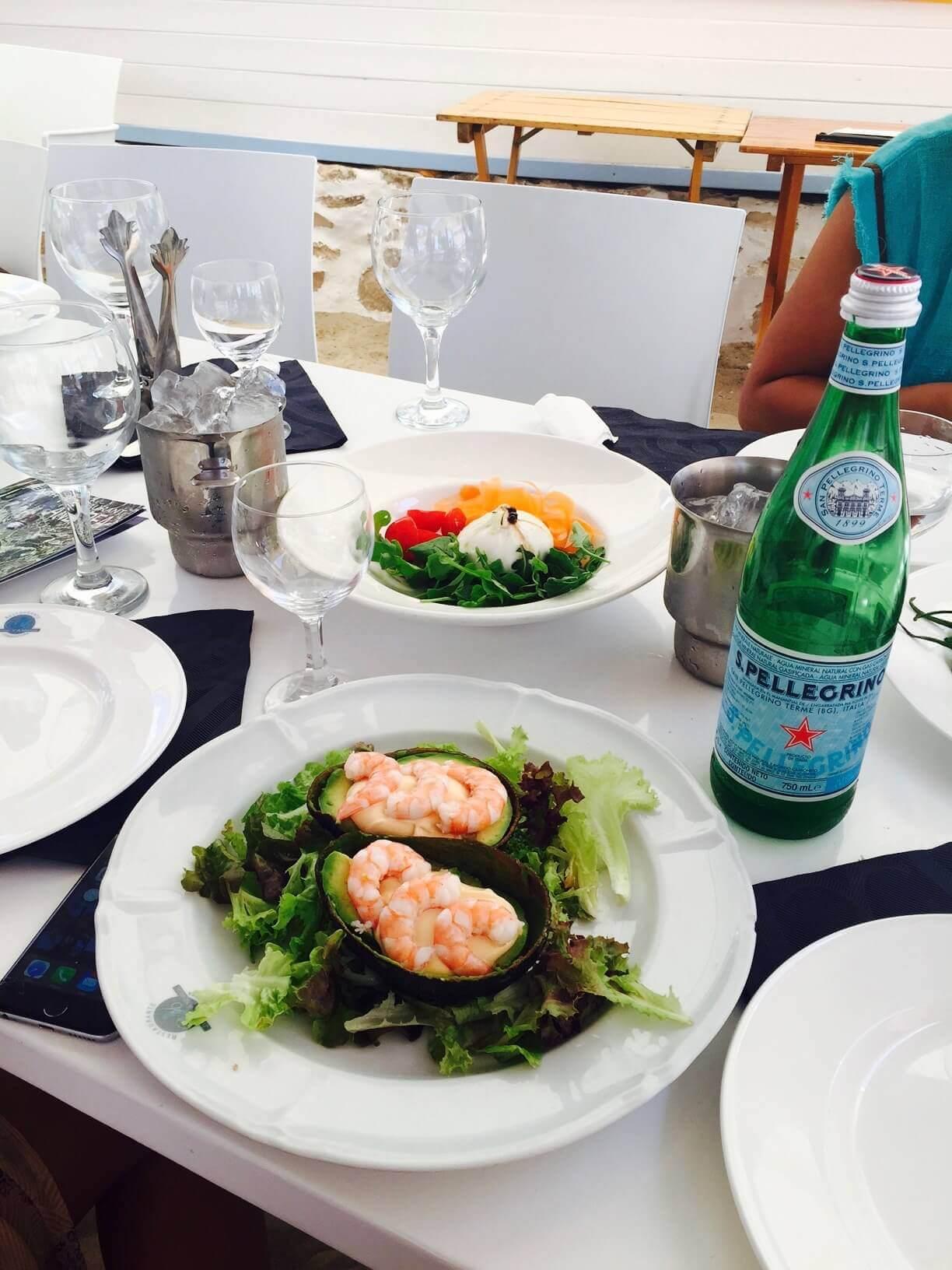 Formentera Mittagessen Salat mit Scampis