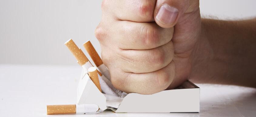 Mit der Zigarette ohne Nikotin gegen die Rauchgewohnheit