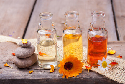 Ätherische Öle zur Anwendung der Aromatherapie.