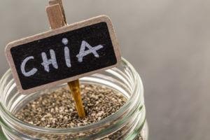 Glas mit Chia Samen und Schild
