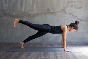 Frau macht Yoga und Fitness, hat durch das Rauchen aufhören ihre Sportlichkeit verbessert