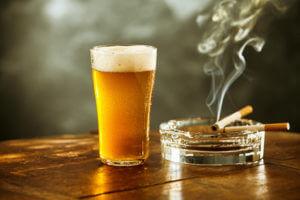 Zigaretten und Bier sind eine starke Gewohnheit.