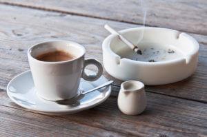 Zigarette und Kaffee können eine starke Gewohnheit werden